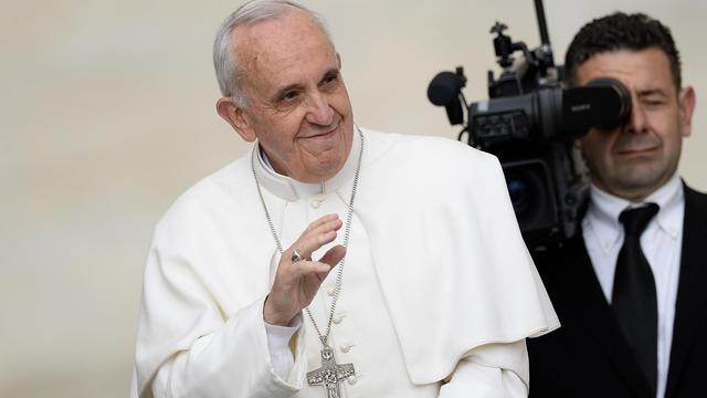 Le pape François salue la foule, le 29 mai 2013, à son arrivée sur la place Saint-Pierre du Vatican [Andreas Solaro / AFP]