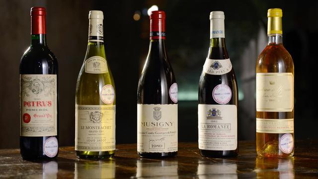 Photo prise le 30 mai de 5 bouteilles de vin de la cave de l'Elysée avant leur mise en vente aux enchères [Eric Feferberg / AFP]