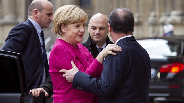Angela Merkel arrive à l'Elysée et est accueillie par François Hollande, la 30 mai 2013
