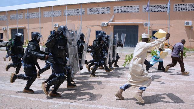 Des policiers anti-émeutes de l'Amisom, la force de l'Union africaine en Somalie, lors d'un exercice de contrôle de manifestants, le 30 mai 2013 à Mogadiscio [Mohamed Abdiwahab / AFP]