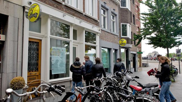 Des touristes regardent la devanture d'un coffee shop fermé, le 24 mai 2013 à Maastricht [Nicolas Delaunay / AFP/Archives]