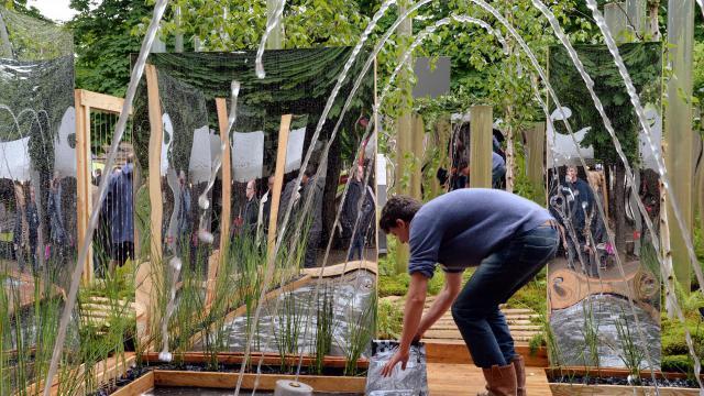 """Un jardinier travaille avant l'exposition """"Jardins, jardin"""", le 29 mai 2013 aux Tuileries à Paris [Pierre Andrieu / AFP]"""