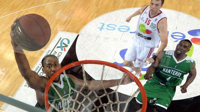 David Lighty (gauche) de Nanterre effectue un dunk contre Strasbourg lors de la finale des playoff de basket, le 31 mai 2013 [Patrick Hertzog / AFP]