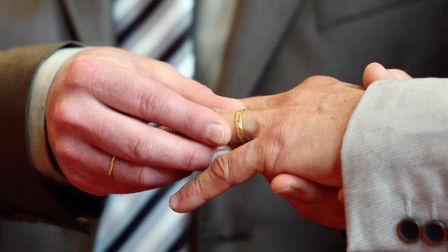 Deux hommes échangent des alliances [Denis Charlet / AFP/Archives]