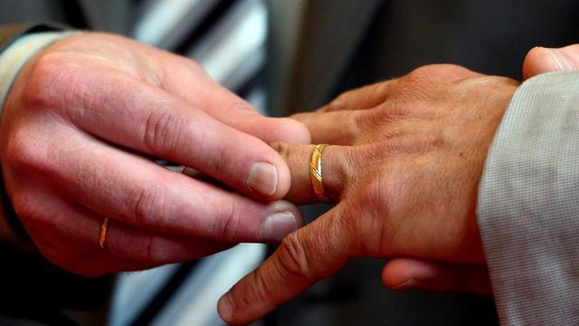 Un homme passela bague au doigt d'un autre à Boulogne-sur-Mer, dans le nord le 1er juin 2013 [Denis Charlet / AFP]