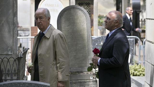 Edouard Balladur (g) et Michel Sapin assistent aux funérailles de Guy Carcassonne, le 3 juin 2013 à Paris [Joel Saget / AFP]