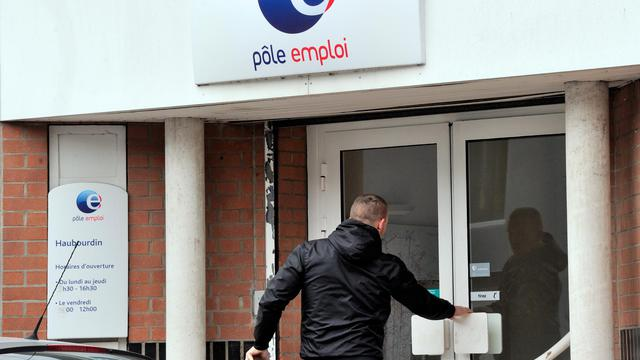 Un homme entre dans une agence de Pôle emploi dans la ville de Haubourdin, à côté de Lille, le 4 juin 2013 [Philippe Huguen / AFP]