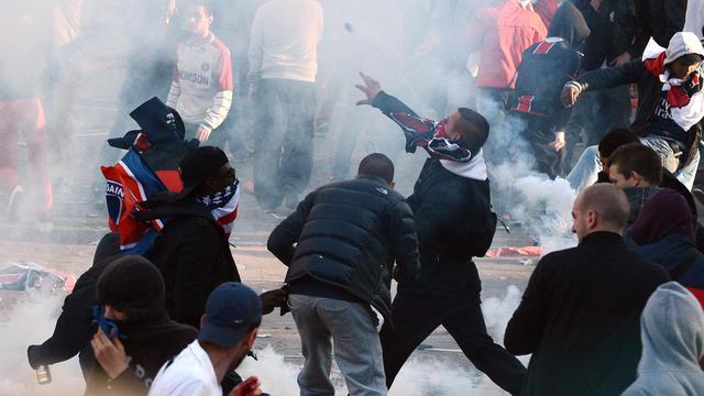 Des supporteurs du PSG lancent des projectiles lors de heurts avec les forces de l'ordre , le 13 mai 2013 à Paris [Franck Fife / AFP/Archives]