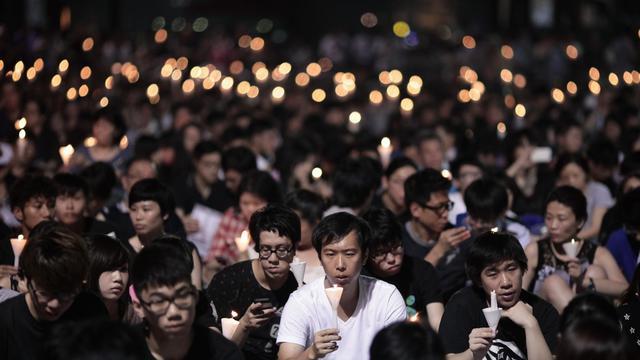 Des milliers de personnes participent à la commémoration de la répression sanglante du mouvement de Tiananmen en 1989, le 4 juin à Hong Kong [Anthony Wallace / AFP]