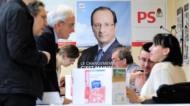 Des militants socialistes votent sur la position du parti vis-à-vis de l'Europe, le 6 juin 2013 à Lille [Philippe Huguen / AFP/Archives]