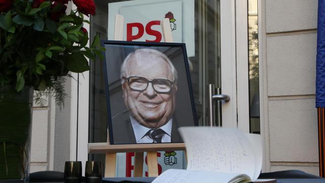 Portrait de Pierre Mauroy le 7 juin 2013 devant le registre de condoléances au siège du PS à Paris [Claire Lebertre / AFP/Archives]
