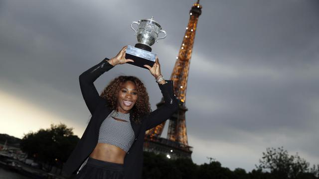 Serna Williams devant la Tour Eiffel après son triomphe à Roland-Garros le 9 juin 2013 à Paris [Kenzo Tribouillard / AFP]