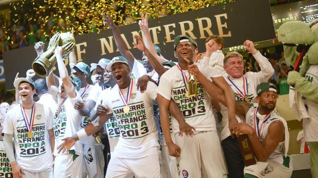 Les joueurs de Nanterre fêtent lkeur titre de champions de France Proia le 8 juin 2013 au Stade Pierre-de-Coubertin à Paris [Fred Dufour / AFP]