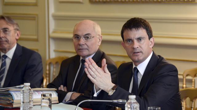 Le ministre de l'Intérieur Manuel Valls (D), le 10 juin 2013 à Paris [Bertrand Guay / AFP]