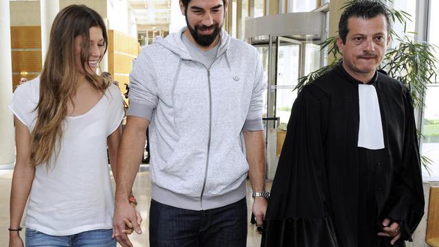 Le handballeur Nicola Karabatic, encadré par sa compagne Géraldine Pillet et de l'un de ses avocats Mickaël Corbier, à l'issue de son entretien avec les juges, le 10 juin 2013 à Montpellier [Pascal Guyot / AFP]