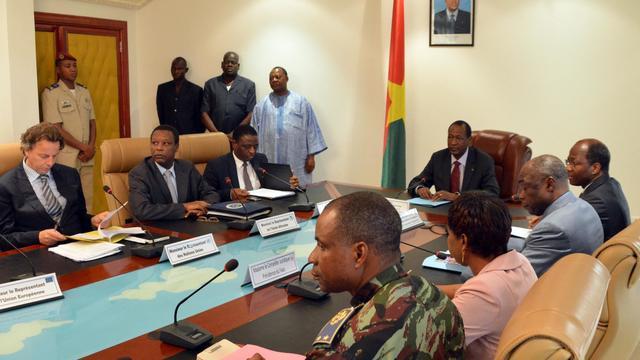 Des participants aux discussions de Ouagadougou entre le pouvoir malien et les rebelles touareg le 10 juin 2013 au Burkina Faso [Ahmed / AFP/Archives]