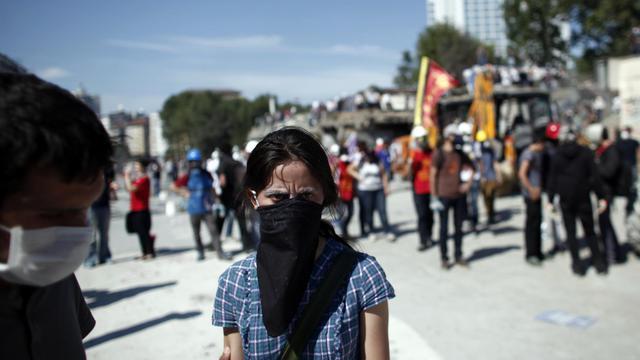 Une manifestante sur la place Taksim à Istanbul, le 11 juin 2013 [Angelos Tzortzinis / AFP]