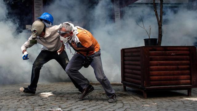 Des manifestants fuient les gaz lacrymogènes tirés par la police sur la place Taksim à Istanbul, le 11 juin 2013 [Angelos Tzortzinis / AFP]