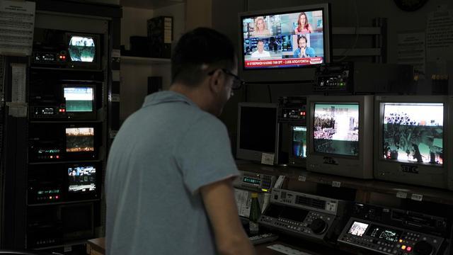Un employé d'ERT le 11 juin 2013 au siège de la télévision publique à Athènes [Louisa Gouliamaki / AFP]
