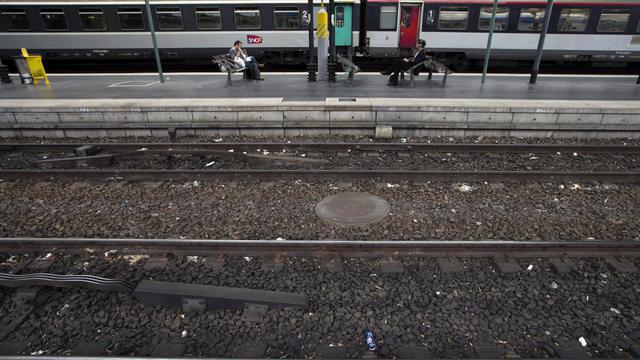 Des personnes attendent un train à la Gare du Nord à Paris [Joel Saget / AFP/Archives]