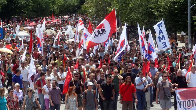 Des milliers de personnes rassemblées après la fermeture d'ERT, à Thessalonique en Grèce le 13 juin 2013 [Sakis Mitrolidis / AFP]
