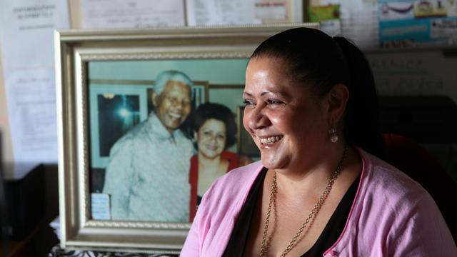 Stella Hawkes pose à côté d'une photo d'elle et de Nelson Mandela, le 13 juin 2013 à Mthatha [Jennifer Bruce / AFP]