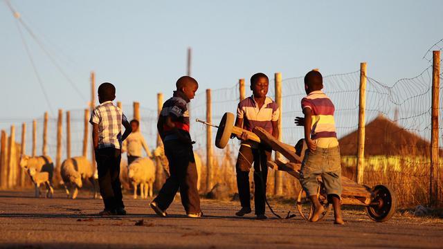 Des enfants jouent à Qunu, village d'enfance de Nelson Mandela, le 14 juin 2013 [Jennifer Bruce / AFP]