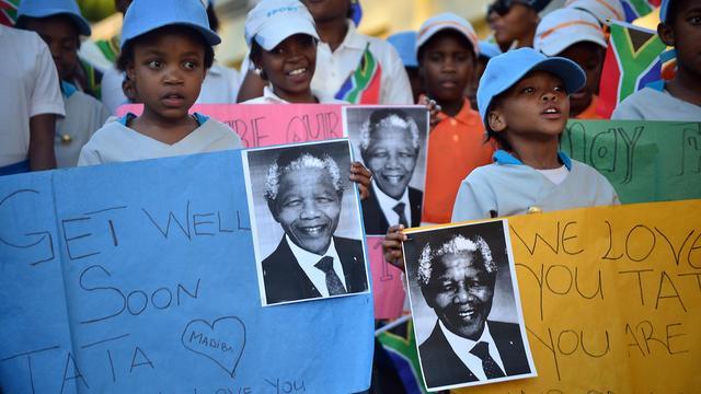Des enfants sud-africains souhaitent un bon rétablissement à Nelson Mandela, le 15 juin 2013 à Johannesbourg [Mujahid Safodien / AFP]