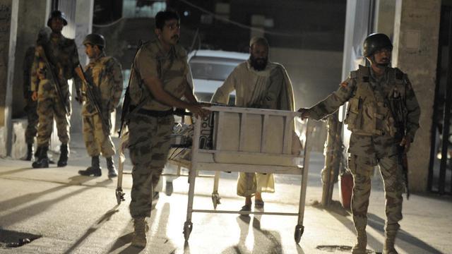 Des paramilitaires pakistanais transportent un patient après l'attaque d'un hôpital à Quetta, le 15 juin 2013 [Banaras Khan / AFP]