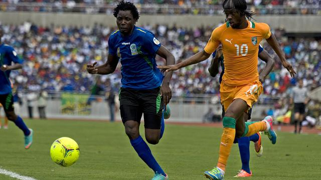 L'Ivoirien Gervais Yao (droite) au duel avec Erasto Nyoniof de la Tanzanie à Dar es Salaam, le 16 juin 2013 [Tony Karumba / AFP]