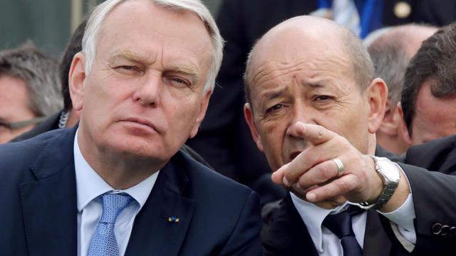 Le ministre de la Défense Jean-Yves Le Drian (d) et le Premier ministre Jean-Marc Ayrault, le 17 juin 2013 au Salon du Bourget [Philippe Wojazer / Pool/AFP]