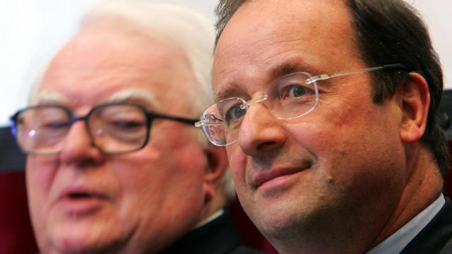 François Hollande (d) et Pierre Mauroy (g) le 21 mai 2006 à Lille [Philippe Huguen / AFP/Archives]