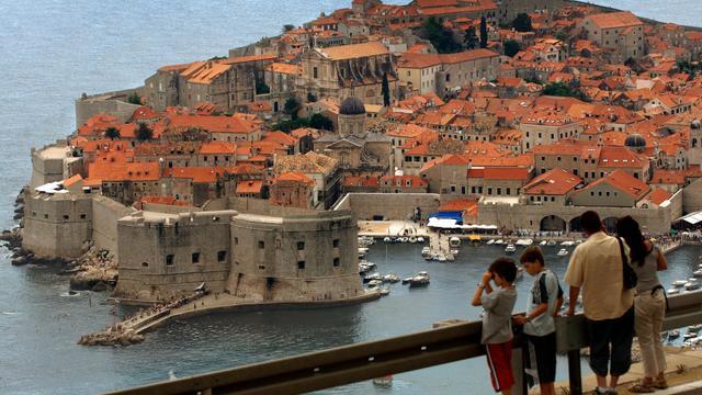 Des touristes contemplent la cité médiévale de Dubrovnik, le 8 juillet 2008 [Stringer / AFP/Archives]