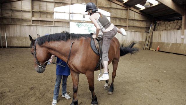 Une enfant monte sur un cheval [Jack Guez / AFP/Archives]