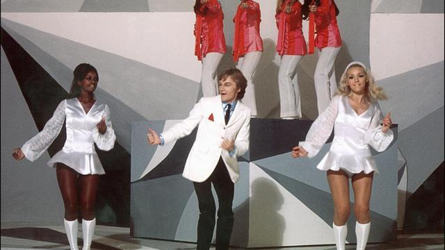"""Claude François danse et chante avec ses """"Clodettes"""" sur le plateau de l'ORTF en octobre 1969 [ / AFP/Archives]"""