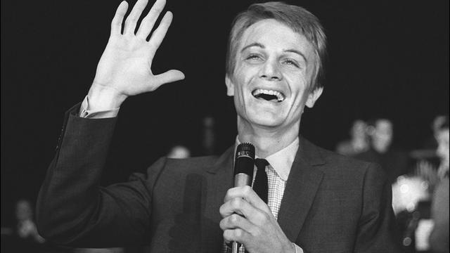 Le chanteur Claude Francois répète sur la scène d'un grand music hall parisien le 22 septembre 1964 [ / AFP/Archives]