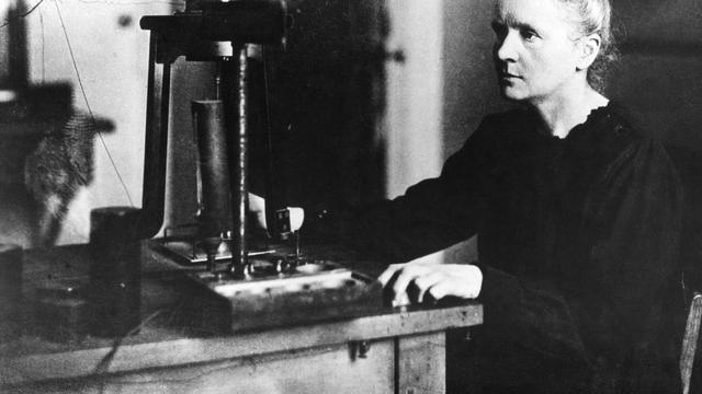 Photo datant de 1925  montrant Marie Curie dans son laboratoire [ / AFP/Archives]