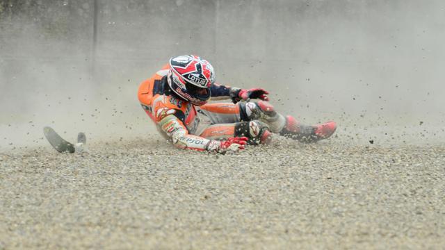 La chute du pilote espagnol Marc Marquez, le 31 mai 2013 lors des essais libres du GP d'Italie [Giuseppe Cacace / AFP]