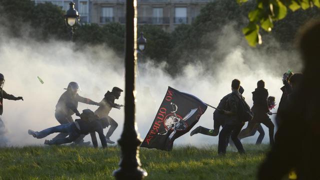Des policiers arrêtent des opposants au mariage homosexuel, à l'issue d'une manifestation le 26 mai 2013 à Paris [Fred Dufour / AFP/Archives]