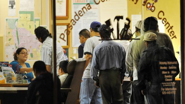 Des personnes font la queue devant une agence pour l'emploi à Pasadena, en Californie [Robyn Beck / AFP/Archives]
