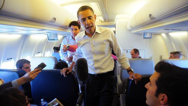 Barack Obama parle à des journalistes dans l'avion présidentiel, le 28 avril 2010 [Jewel Samad / AFP]