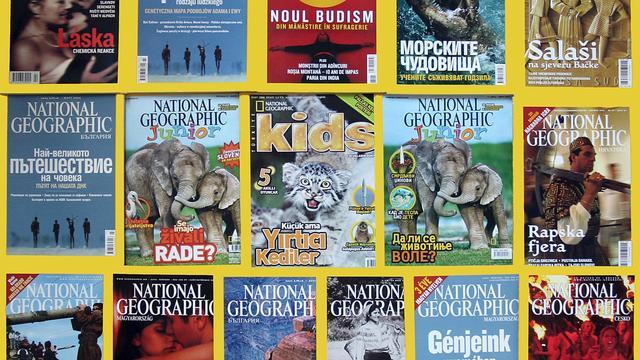 """Montage datant de 2006 montrant des """"unes"""" du magazine National Geographic dans différentes langues [Karen Bleier / AFP/Archives]"""