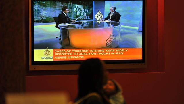 Un femme passe devant un écran diffusant Al-Jazeera dans le Maryland, le 22 octobre 2010 [Jewel Samad / AFP/Archives]