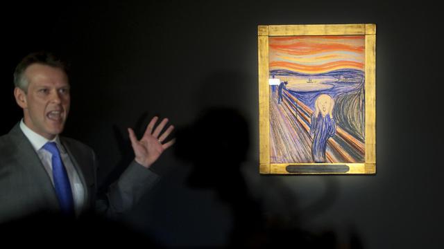 """Simon Shaw de Sotheby's présente à la presse une version du célèbre """"Cri"""" du peintre Edvard Munch, le 27 avril 2012 à New York, avant la vente aux enchères de l'oeuvre [Stephen Chernin / AFP/Archives]"""