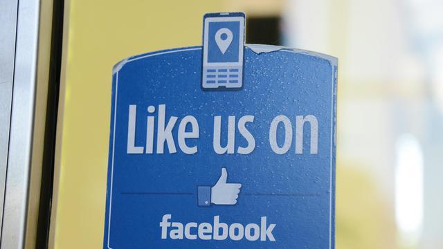 """Une icone """"Like"""" sur une entrée du siège social de Facebook, à Menlo Park, en Californie [Robyn Beck / AFP/Archives]"""