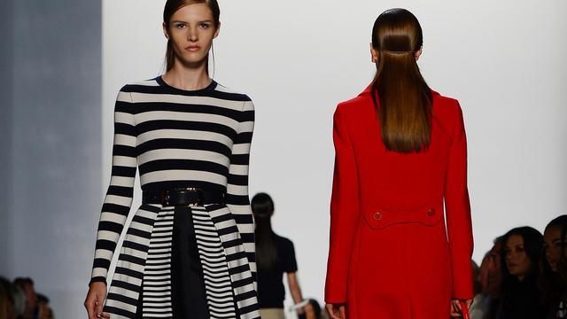 Du cuir, perforé, ajouré, clouté, des couleurs gaies, et des rayures, encore des rayures: la journée de mercredi a conforté à la Fashion week de New York certaines des tendances qui, avec la dentelle, semblent s'imposer pour le printemps-été 2013. [AFP]