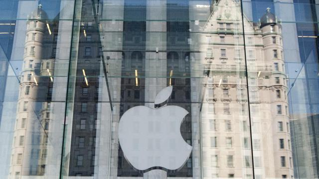 Logo d'Apple sur la façade d'un Apple Store à New York, le 17 septembre 2012 [Don Emmert / AFP]