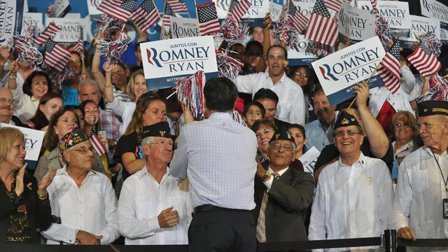 Le candidat républicain Mitt Romney (de dos) en campagne le 19 septembre 2012 à Miami [Nicholas Kamm / AFP]