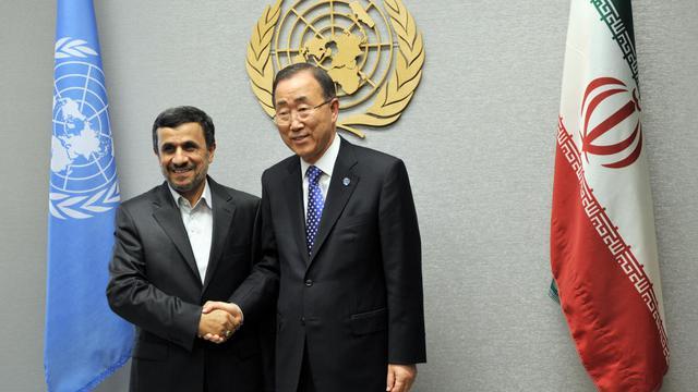 Le président iranien Mahmoud Ahmadinejad (g) et le secrétaire général de l'ONU Ban Ki-moon, le 23 septembre 2012 à New York [Stan Honda / AFP]