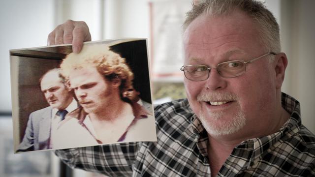 Kirk Bloodsworth montre une photo de son arrestation, le 26 septembre 2012 à Mount Rainier [Mladen Antonov / AFP]